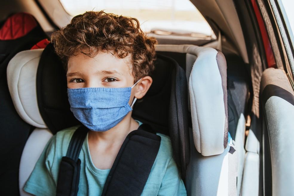 Com quantos anos a criança pode sentar no banco da frente do carro?